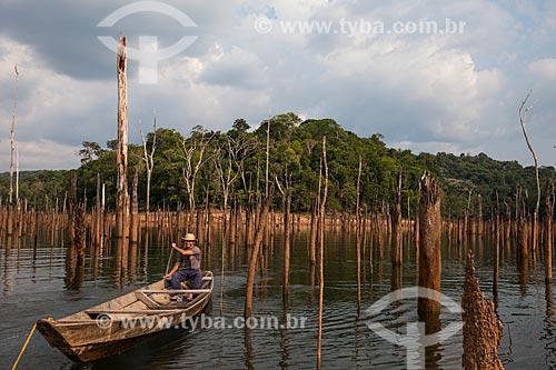Ribeirinho entre os troncos de árvores que antes estavam submersas pelo lago da Usina Hidrelétrica de Balbina  - Presidente Figueiredo - Amazonas (AM) - Brasil