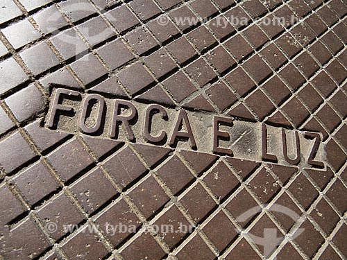 Detalhe de tampa de caixa de força elétrica com os dizeres: Força e Luz  - Rio de Janeiro - Rio de Janeiro (RJ) - Brasil