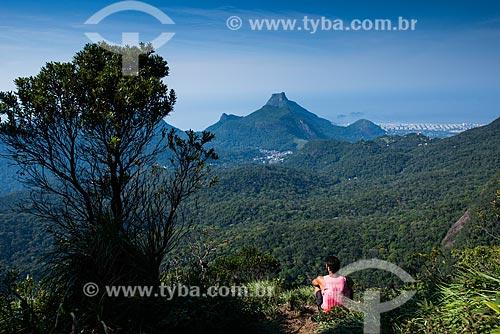 Homem observando a paisagem a partir do Pico da Tijuca  - Rio de Janeiro - Rio de Janeiro (RJ) - Brasil