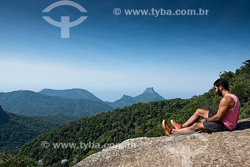 Homem observando a paisagem a partir do cume do Tijuca Mirim  - Rio de Janeiro - Rio de Janeiro (RJ) - Brasil
