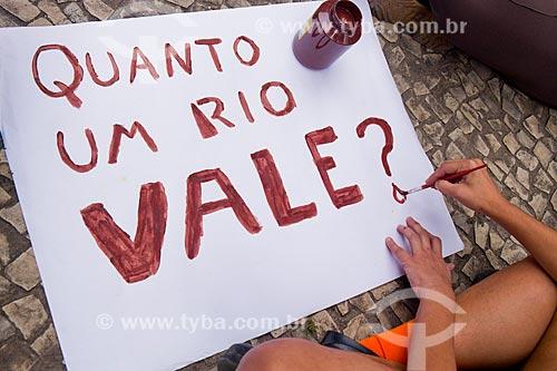 Cartaz do ato - Não foi acidente: a Vale deve pagar - em frente ao Edifício Barão de Mauá - edifício sede da Companhia Vale do Rio Doce  - Rio de Janeiro - Rio de Janeiro (RJ) - Brasil