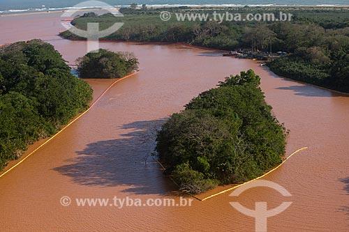 Barreiras de contenção na foz do Rio Doce para evitar que a lama dos rejeitos do rompimento de barragem da Mineradora Samarco chegue às ilhas e áreas mais baixas do estuário  - Linhares - Espírito Santo (ES) - Brasil