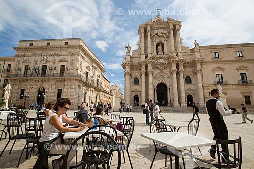 Mesas de cafeteria na Piazza del Duomo (Praça do Duomo) com a Cattedrale Metropolitana della Natività di Maria Santissima (Catedral Metropolitana da Natividade de Maria Santíssima) - 1753 - ao fundo  - Siracusa - Província de Siracusa - Itália