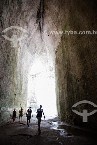 Turistas no interior da Orecchio di Dionisio (Gruta Orelha de Dionisio) no Parco archeologico della Neapolis (Parque Arqueológico Neapolis)  - Siracusa - Província de Siracusa - Itália