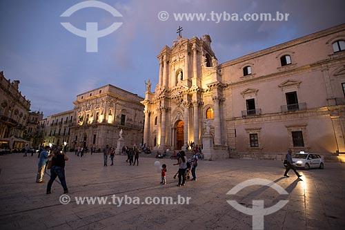 Piazza del Duomo (Praça do Duomo) com a Cattedrale Metropolitana della Natività di Maria Santissima (Catedral Metropolitana da Natividade de Maria Santíssima) - 1753 - ao fundo  - Siracusa - Província de Siracusa - Itália