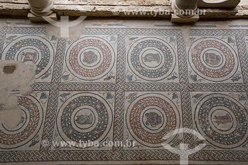 Detalhe de mosaico do peristilo na Villa Romana del Casale - antiga palácio construído no século IV  - Piazza Armerina - Província de Enna - Itália
