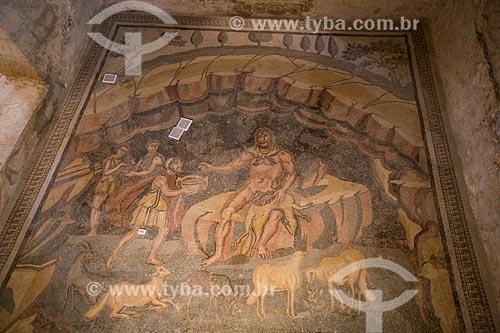 Detalhe de mosaico no Vestíbulo de Polifemo na Villa Romana del Casale - antiga palácio construído no século IV  - Piazza Armerina - Província de Enna - Itália