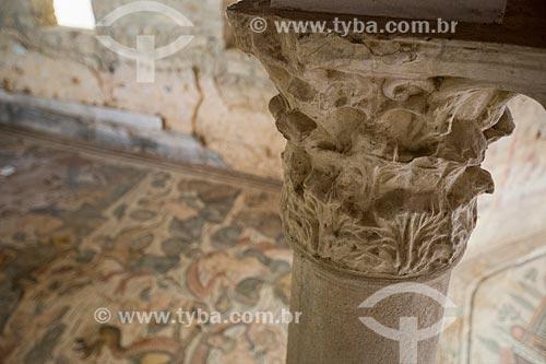 Detalhe de coluna da ordem coríntia na Villa Romana del Casale - antiga palácio construído no século IV  - Piazza Armerina - Província de Enna - Itália
