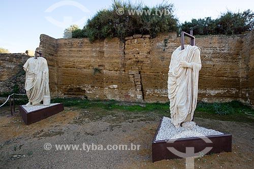 Estátuas em mármore togadas no Valle dei Templi (Vale dos Templos) - antiga cidade grega de Akragas  - Agrigento - Província de Agrigento - Itália
