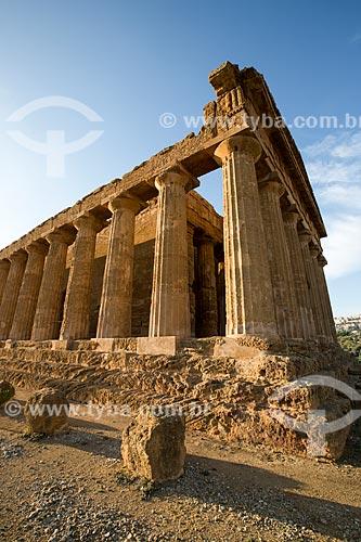 Vista do Templo de Concórdia no Valle dei Templi (Vale dos Templos) - antiga cidade grega de Akragas  - Agrigento - Província de Agrigento - Itália