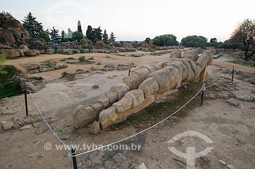 Ruínas da estátua de Atlas - figura da mitologia grega - próximo ao Templo de Zeus Olímpico no Valle dei Templi (Vale dos Templos) - antiga cidade grega de Akragas  - Agrigento - Província de Agrigento - Itália