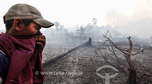 Homem próximo à queimada nas margens da Rodovia BR-319  - Manaus - Amazonas (AM) - Brasil