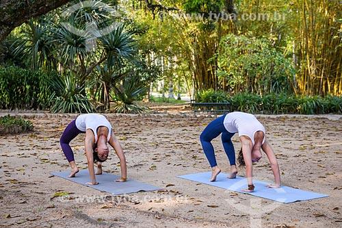 Mulheres praticando Yoga no Jardim Botânico do Rio de Janeiro  - Rio de Janeiro - Rio de Janeiro (RJ) - Brasil
