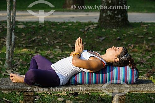 Mulher meditando no Jardim Botânico do Rio de Janeiro  - Rio de Janeiro - Rio de Janeiro (RJ) - Brasil