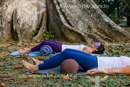 Mulheres meditando no Jardim Botânico do Rio de Janeiro  - Rio de Janeiro - Rio de Janeiro (RJ) - Brasil