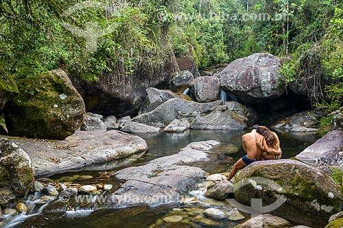 Casal namorando às margens do Poço da Ponte no Rio Pirapetinga - Área de Proteção Ambiental da Serrinha do Alambari  - Resende - Rio de Janeiro (RJ) - Brasil