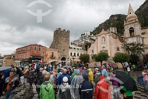 Turistas na Piazza 9 Aprile (Praça nove de Abril) com a Torre dell Orologio (Torre do Relógio) e a Igreja de San Giuseppe ao fundo  - Taormina - Província de Messina - Itália