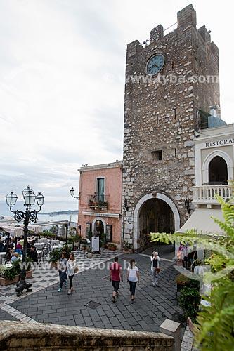 Pórtico na Torre dell Orologio (Torre do Relógio) na Piazza 9 Aprile (Praça nove de Abril) por onde segue a Corso Umberto  - Taormina - Província de Messina - Itália