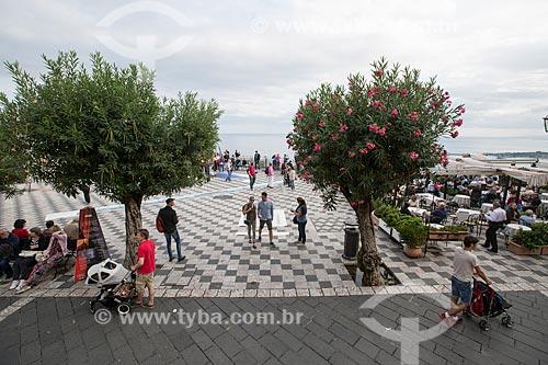 Turistas na Piazza 9 Aprile (Praça nove de Abril)  - Taormina - Província de Messina - Itália