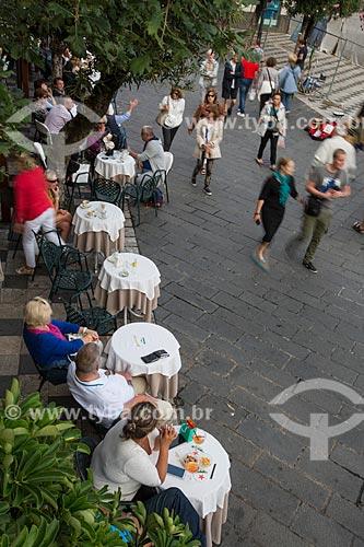Mesas de bar na Piazza 9 Aprile (Praça nove de Abril)  - Taormina - Província de Messina - Itália