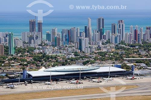 Foto aérea do Aeroporto Internacional do Recife/Guararapes - Gilberto Freyre (1958) com os prédios do bairro de Boa Viagem ao fundo  - Recife - Pernambuco (PE) - Brasil