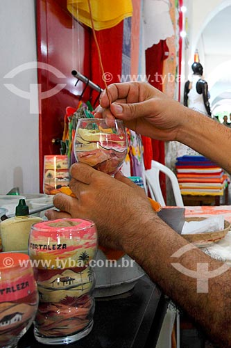 Detalhe de artesão fazendo garrafas de areia colorida  - Fortaleza - Ceará (CE) - Brasil