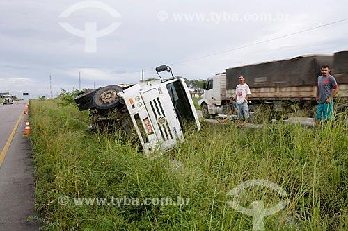 Tombamento de caminhão na Rodovia BR-232  - Gravatá - Pernambuco (PE) - Brasil