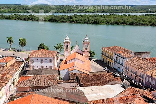 Vista de cima da Igreja de Nossa Senhora da Corrente (1790) e casarios com o Rio São Francisco ao fundo  - Penedo - Alagoas (AL) - Brasil