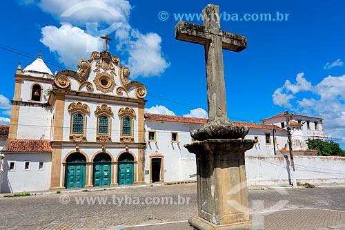 Cruzeiro e fachada do Convento e Igreja Santa Maria dos Anjos - também conhecido como Convento e Igreja de Nossa Senhora dos Anjos (século XVII)  - Penedo - Alagoas (AL) - Brasil