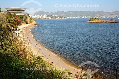 Praia de Boa Viagem com o Museu de Arte Contemporânea de Niterói (1996) - parte do Caminho Niemeyer - ao fundo  - Niterói - Rio de Janeiro (RJ) - Brasil