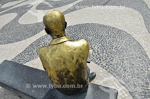 Detalhe da estátua do poeta Carlos Drummond de Andrade no Posto 6  - Rio de Janeiro - Rio de Janeiro (RJ) - Brasil