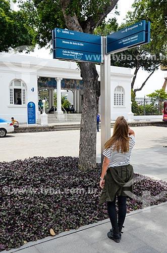 Mulher lendo placa após a reurbanização da Praça Mauá com o Píer Mauá (1949) ao fundo  - Rio de Janeiro - Rio de Janeiro (RJ) - Brasil