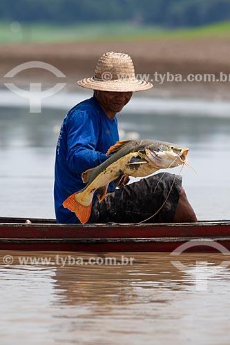Ribeirinho pescando pirarara (Phractocephalus hemioliopterus) no Rio Amazonas  - Manaus - Amazonas (AM) - Brasil