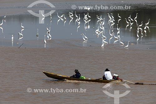 Lancha com ribeirinhos no Rio Amazonas  - Manaus - Amazonas (AM) - Brasil