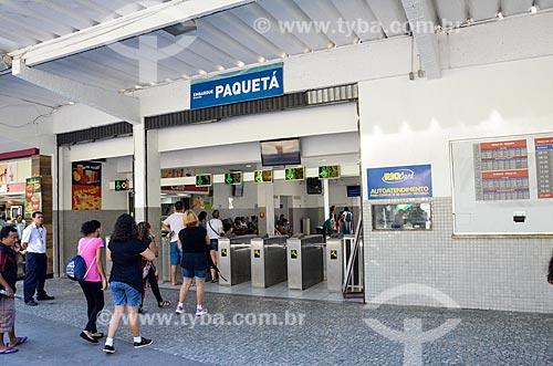 Passageiros entrando na Estação Hidroviária da Praça XV - área de embarque para Paquetá  - Rio de Janeiro - Rio de Janeiro (RJ) - Brasil