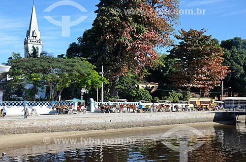 Vista da Ilha de Paquetá a partir da Baía de Guanabara com a torre da Igreja Matriz do Senhor Bom Jesus do Monte (1763) e charretes  - Rio de Janeiro - Rio de Janeiro (RJ) - Brasil