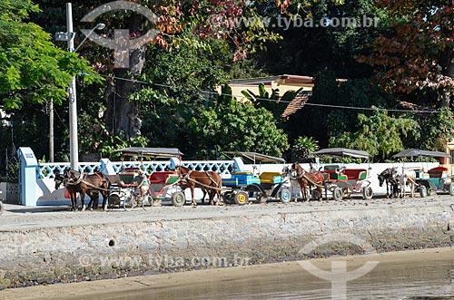 Vista da Ilha de Paquetá a partir da Baía de Guanabara com charretes usadas para passeio turístico  - Rio de Janeiro - Rio de Janeiro (RJ) - Brasil