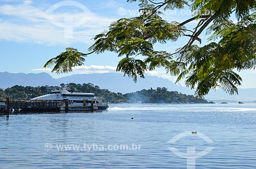 Catamarã atracado no píer da Estação das Barcas da Ilha de Paquetá  - Rio de Janeiro - Rio de Janeiro (RJ) - Brasil
