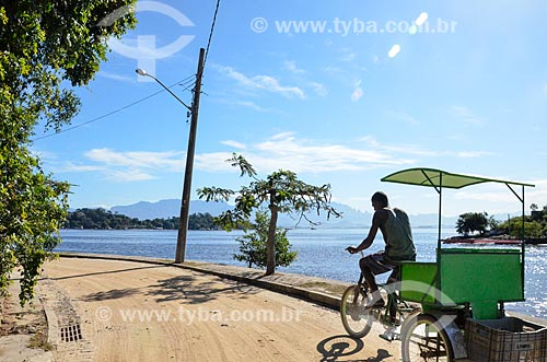 Homem com bicicleta triciclo na Ilha de Paquetá  - Rio de Janeiro - Rio de Janeiro (RJ) - Brasil