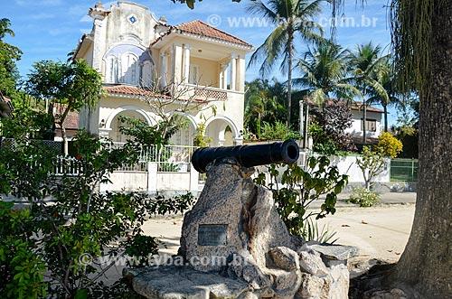 Monumento à Dom João VI - canhão usado para saudar Dom João VI em suas visitas à Ilha de Paquetá - com casario ao fundo  - Rio de Janeiro - Rio de Janeiro (RJ) - Brasil