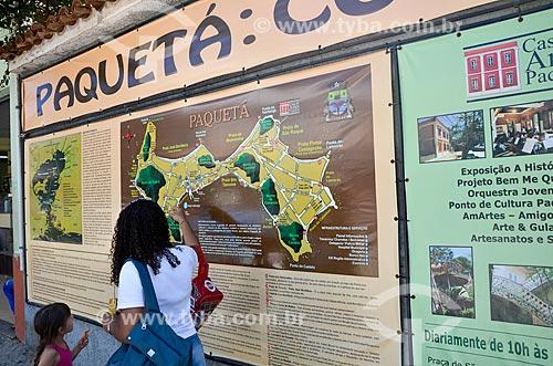Mulher e criança lendo o mapa da Ilha de Paquetá  - Rio de Janeiro - Rio de Janeiro (RJ) - Brasil