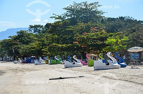 Pedalinhos na orla da Praia José Bonifácio - também conhecida como Praia da Guarda  - Rio de Janeiro - Rio de Janeiro (RJ) - Brasil