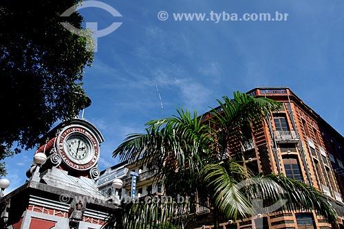 Relógio Municipal de Manaus na Praça do Relógio com o prédio da antiga Agência Central dos Correios ao fundo  - Manaus - Amazonas (AM) - Brasil