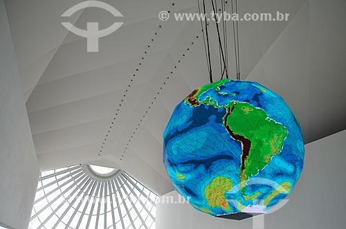 Detalhe do globo gigante que mostra - em tempo real - as correntes marítimas e climáticas da Terra no hall de entrada do Museu do Amanhã  - Rio de Janeiro - Rio de Janeiro (RJ) - Brasil