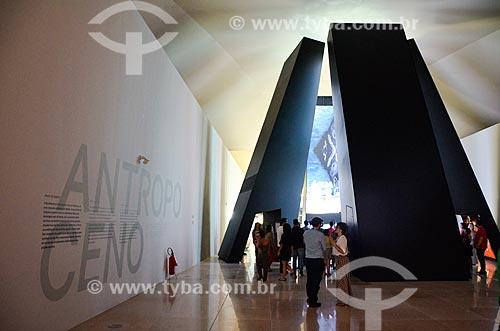 Instalação Antropoceno - seis pilares de dez metros com projeções evidenciando a interferência humana no planeta - parte da exposição permanente do Museu do Amanhã  - Rio de Janeiro - Rio de Janeiro (RJ) - Brasil