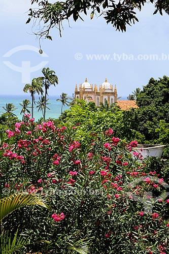 Flores no centro histórico de Olinda com o Convento e Igreja de Nossa Senhora do Carmo - também conhecida como Convento e Igreja de Santo Antônio do Carmo (século XVI) - ao fundo  - Olinda - Pernambuco (PE) - Brasil