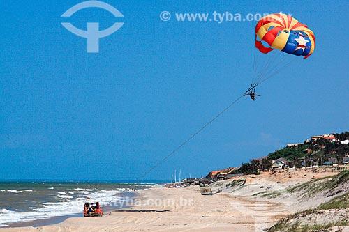 Parapente sendo puxado por um bugre na Praia de Canoa Quebrada  - Aracati - Ceará (CE) - Brasil