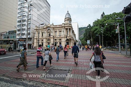 Pedestres atravessando a Avenida Barão do Rio Branco com o Paço Municipal de Juiz de Fora - antigo prédio da Prefeitura - ao fundo  - Juiz de Fora - Minas Gerais (MG) - Brasil