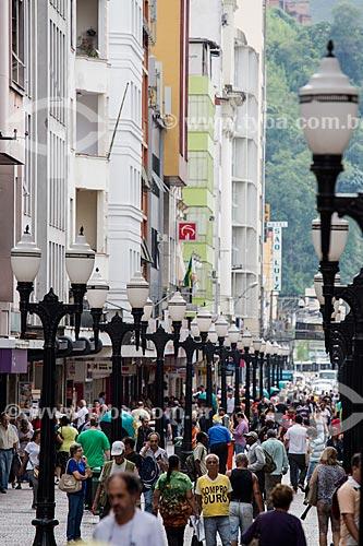 Pedestres no calçadão da Rua Halfeld  - Juiz de Fora - Minas Gerais (MG) - Brasil