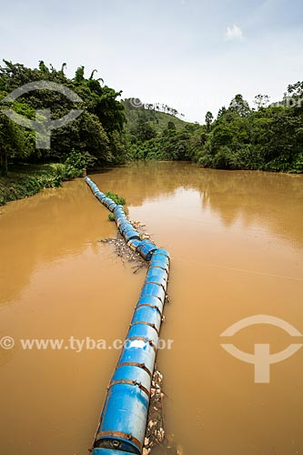 Barreira de contenção para o lixo na represa da Usina Hidrelétrica de Marmelos (1889) - primeira grande usina hidrelétrica da América do Sul  - Juiz de Fora - Minas Gerais (MG) - Brasil